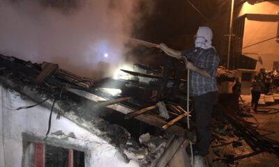 Bursa'da komşusunun yanan evine hortumla su tuttu