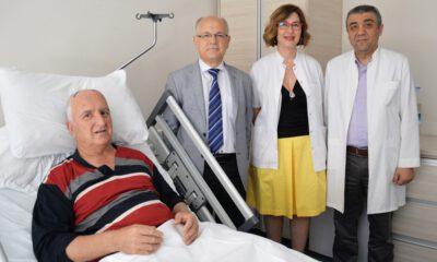 Parkinson hastasına, istemsiz hareketleri kontrol eden pil takıldı