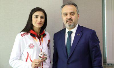 Başkan Aktaş, olimpiyat yolcusu Hatice Kübra'yı kutladı