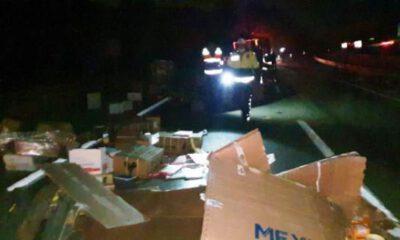 Bursa'da devrilen kargo yüklü tır, karayolunu kapattı