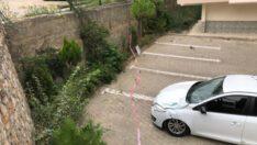 Bursa'da otomobil yolun alt kısmındaki otomobilin üzerine düştü