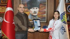 Başkan Kerimoğlu'dan şampiyon Derin Tanrıyaşükür'e ödül
