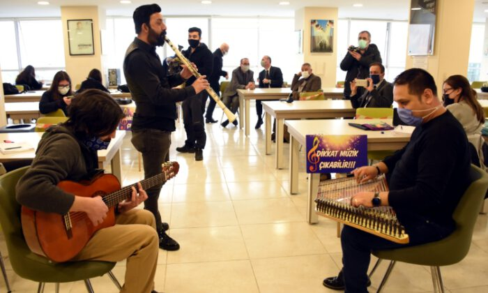 Bursa'da kütüphanede gençlere 'sürpriz' müzik dinletisi