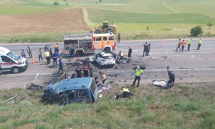 Hafif ticari araç ile otomobil çarpıştı: 9 ölü