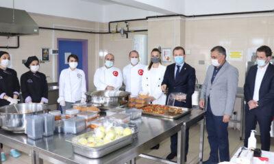 Bursa'da öğrenciler her gün 100 kişiyi iftarda doyuruyor