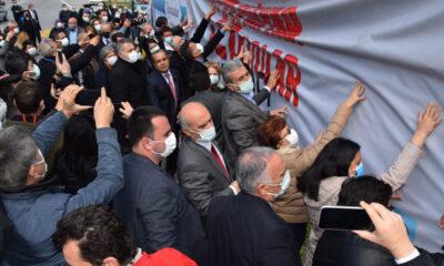 CHP Bursa'da kaldırılan '128 milyar dolar nerede' afişlerini yeniden astı