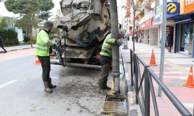 Manisa'da yağmur suyu ızgaraları temizleniyor